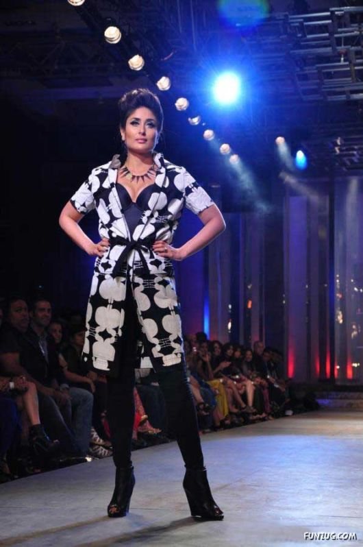 Kareena Kapoor Ramp Walk In Fashion Show