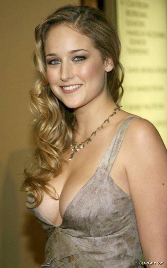 Smiling Beauty Leelee Sobieski